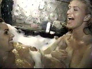 2 Lesbos zitten in bad te spelen