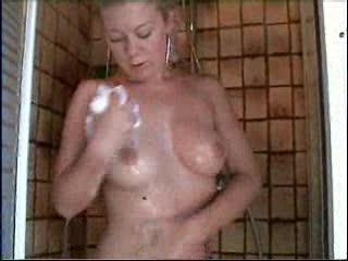 Mokkeltje is lekker aan het  douchen