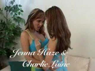 Twee geile lesbos likken elkaars lichaam