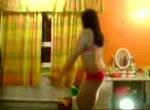 Lekker mokkeltje is aan het dansen voor cam