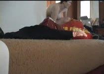 Naakte vrouw wordt stiekem gefilmd