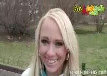 Blond straatsletje neukt voor geld