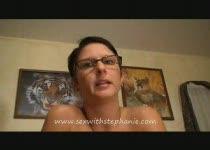 Vrouw met tepelpiercings slikt zaad