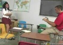 Juf hardcore geneukt in de klas
