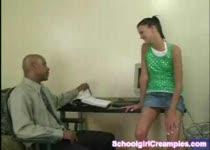 Schoolmeisje laat zich door neger neuken