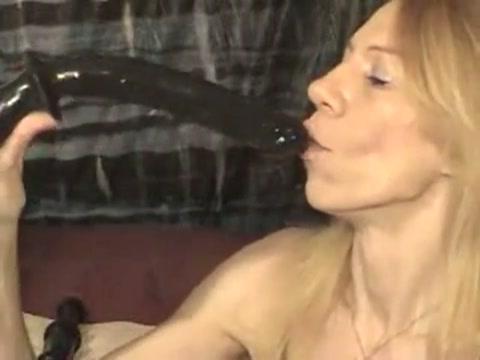 Demonstratie deepthroat pijpen op sexspeeltjes