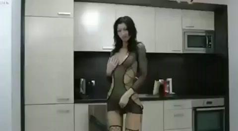Extreem grote dildo in haar kont
