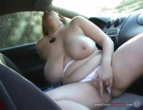 BBW tiener met enorme tieten masturbeert in de auto