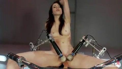 Sexy babe neemt plaats op een mega sexmachine