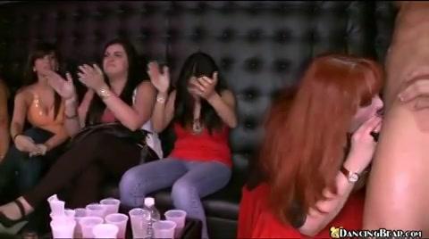 Naakte mannelijke strippers brengen een zaal vol vrouwen het hoofd op hol