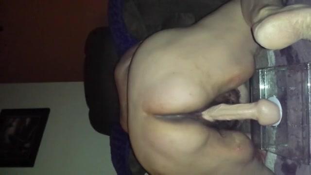 Geile dikke oma wipt op haar dildo