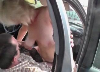 Rijpe amateur slet laat zich door een onbekende nemen in de auto