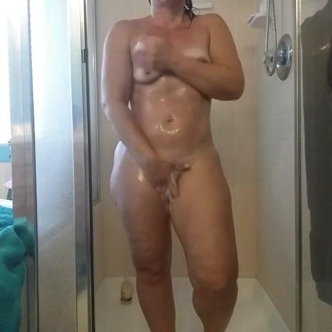 Gluren naar een mollige webcam tiener onder de douche