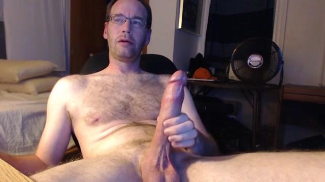 Homo van middelbare leeftijd zit aan zijn enorme grote lul
