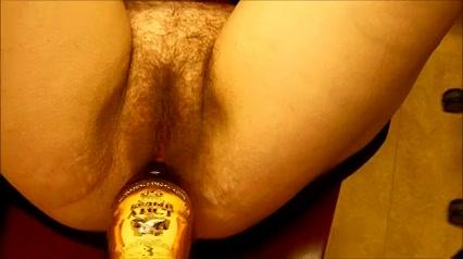 Kut vol schaamhaar neuken met fles