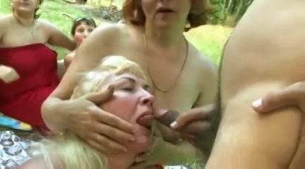 Geile omas in buitensex orgie