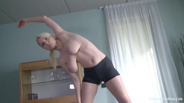 Ochtend gymnastiek voor grote natuurlijke borsten