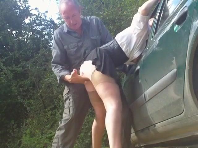 Geile rijpe slet laat zich nemen tegen de auto