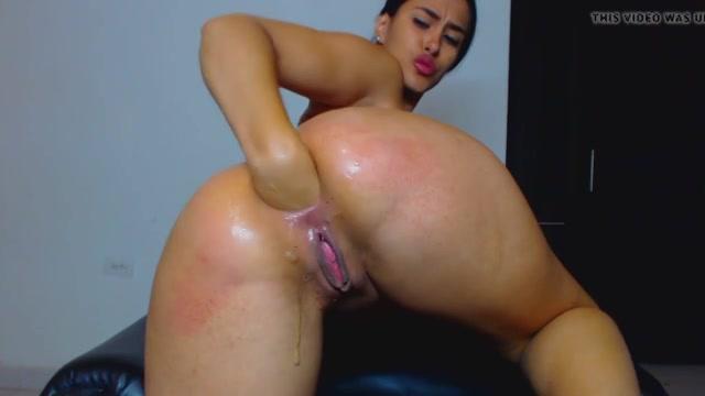 Sexy babe stopt haar vuist in haar geile kont