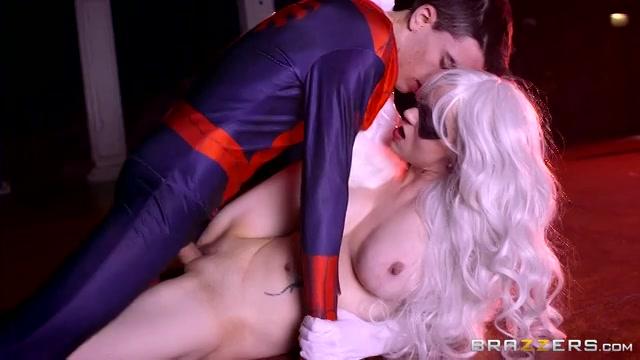 Cosplay lekkertje diep geneukt door spiderman
