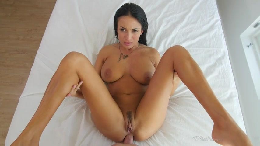 Aan haar sexy slipje kun je al zien dat ze dol is op anal