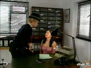 Vrouwelijke politieagente straft jonge dame
