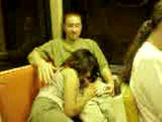 Kerel krijgt een blowjob in de trein
