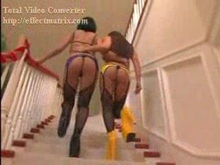 Twee geile tiener lesbo dames vingeren hun strakke kutjes
