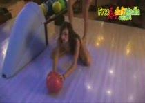 Geile meisjes doen naakt bowlen