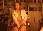 Meisje zit op de stoel te vingeren
