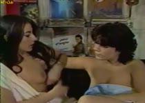 Lesbische meiden met schaamhaar doen aan beffen