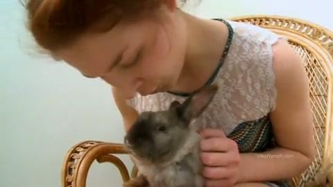 Tiener speelt met konijn en haar poesje