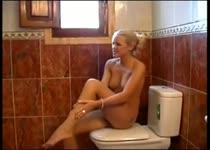 Meisjes pissen en likken in de badkamer