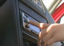 Tieners worden geil van de auto radio