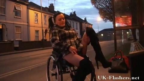 Sletje in een rolstoel vingert op straat