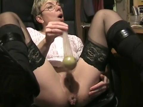 Kinky oma stopt grote dingen in haar aars