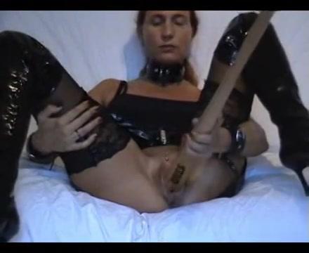 Een dildo is niet groot genoeg voor haar kut, ze neukt een honkbalknuppel