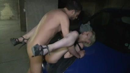 Keiharde sex in een parkeergarage