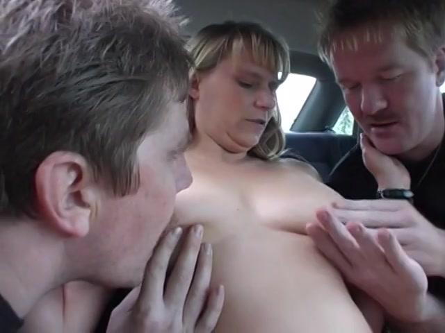 Amateur sletje laat zich betasten door vreemde mannen op parkeerplaats
