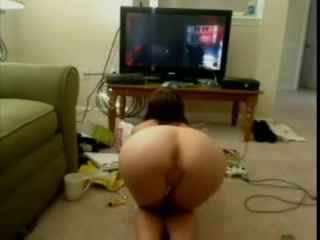 Webcam babe is naakt aan het gamen