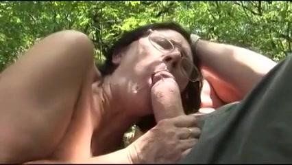 Oma laat zich eens lekker door neuken in het bos