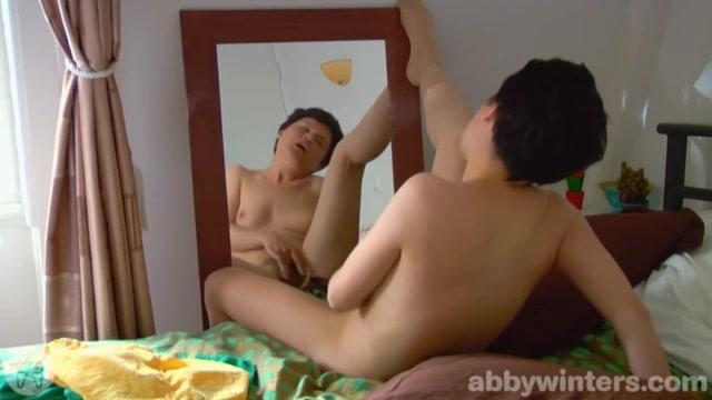 Rijpe amateur slet vingert voor de spiegel