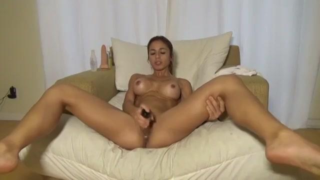 Sexy cam babe heeft haar sex toys in de aanslag