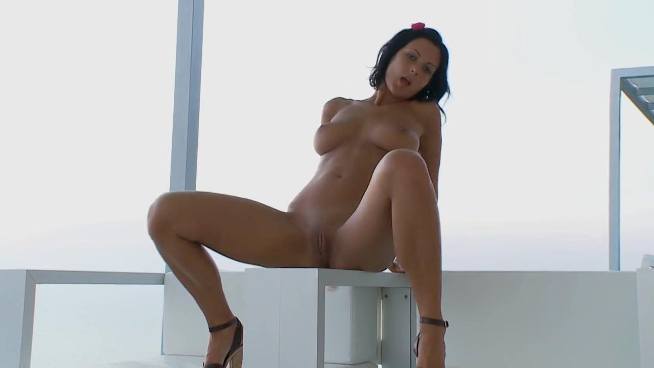 Sexy brunette speelt met haar sexy zelf