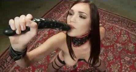 Sexy slavin op heftige vibrator