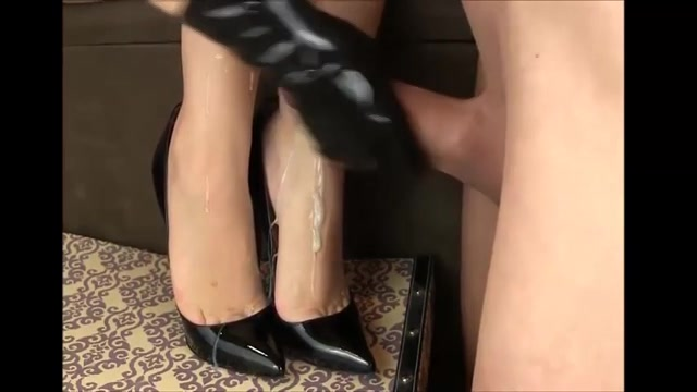 Sexy voetjes in high heels vol cum