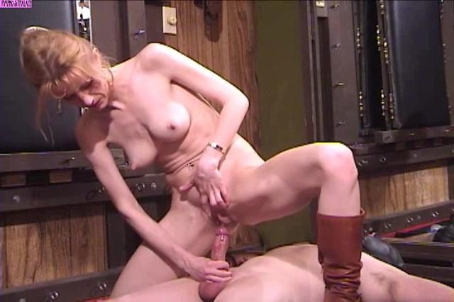 Kinky milf combineert handjob met een golden shower