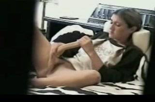 Meisje betrapt met een grote dildo