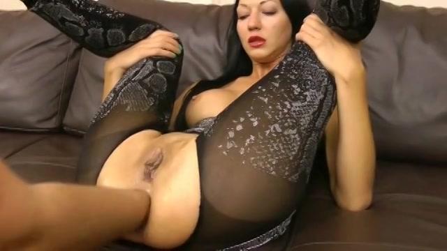 Zijn enorme vuist in haar sexy kont