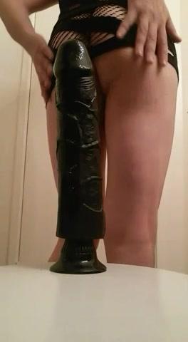 Met haar sexy kontje op een grote zwarte dildo